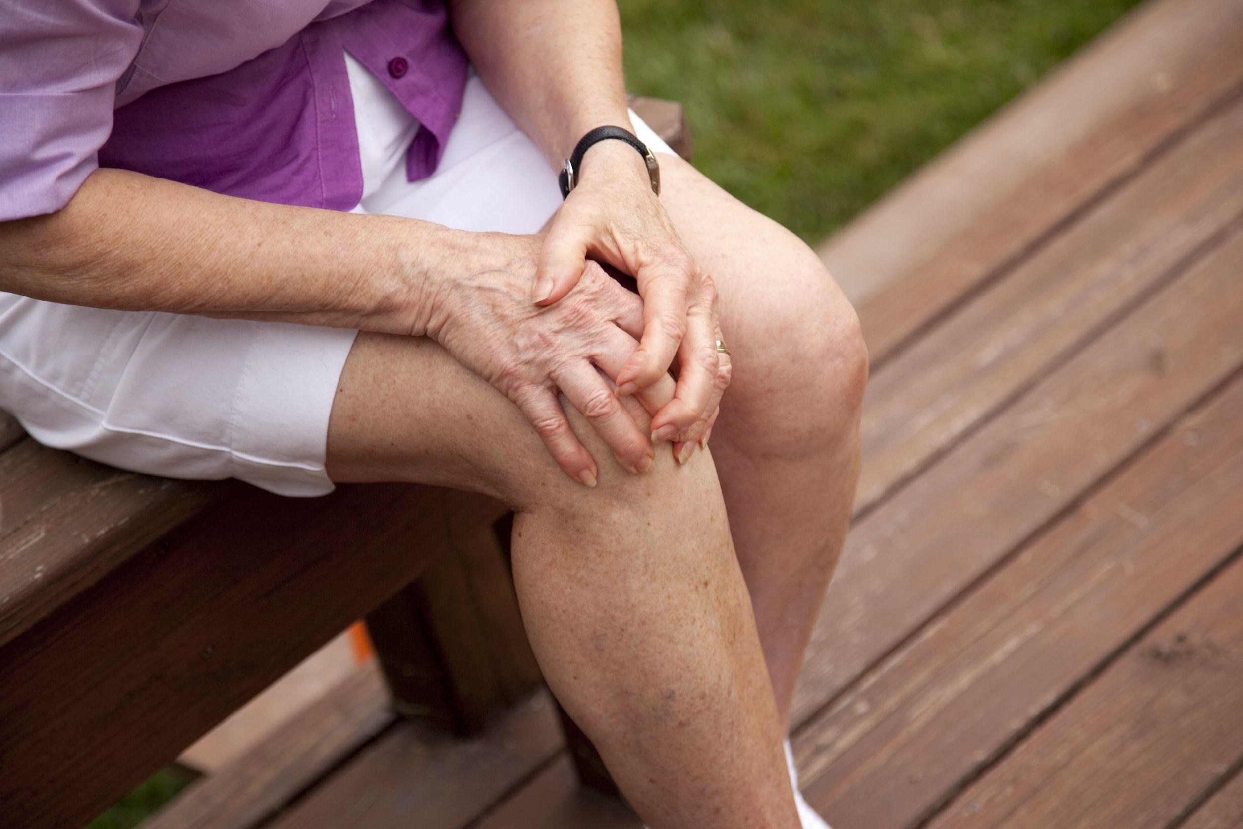 Cách chữa trị đau khớp gối ở người già tại nhà hiệu quả (1)